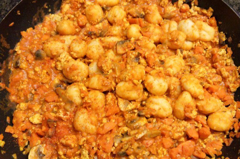 Scrambled Tofu mit Gnocchi an Tomaten-Tahin Sauce